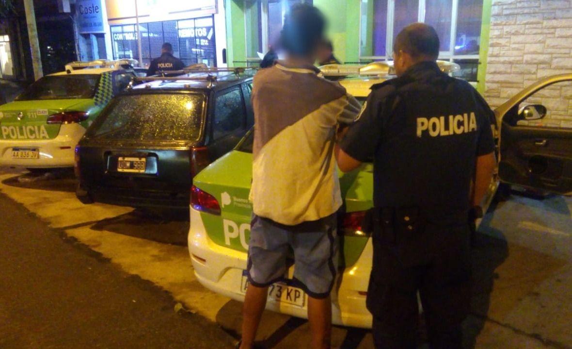 c294504034a Dos hombres de 33 años y otro de 37 que intentaron entrar a una casa en el  barrio Nueva Pompeya tras barretear uno de los ventanales fueron  aprehendidos por ...