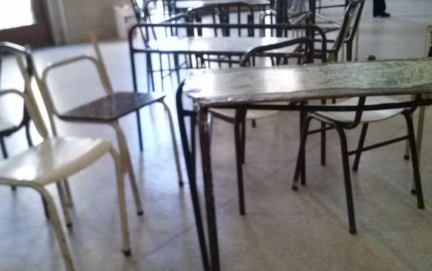 Estudiantes limpian su escuela en jornada solidaria for Mobiliario para estudiantes